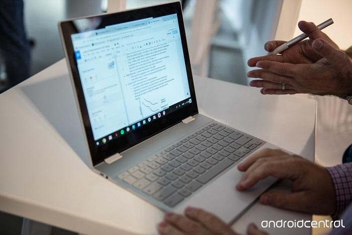 کاربر گوگل پیکسل بوک می تواند تنها از قلم اس دستگاه استفاده کند؛ اما روش های دیگری مثل ترک پد و کیبورد برای تایپ یا مکان یابی نیز تعبیه شده است