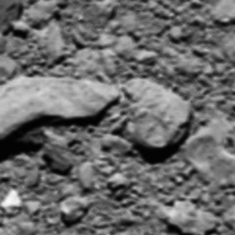 رزتا در گودال ۴۳۰ فوتی به نام دیرالمدینه فرود آمد، عکسی که مشاهده میکنید، تا پیش از این تصور میشد، آخرین عکس ارسالی رزتا است که از فاصله ۴۸ متری گرفته شده بود
