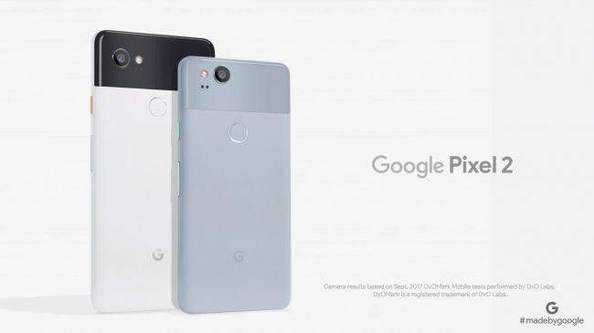 از نظر طراحی ظاهری این دو موبایل کاملا با هم تفاوت دارند. آیفون 8 از بدنه تمام شیشه ای برخوردار شده؛ البته فریم دستگاه فلزی است. علاوه بر این، نمای پشتی آن در دو رنگ مختلف نیست.