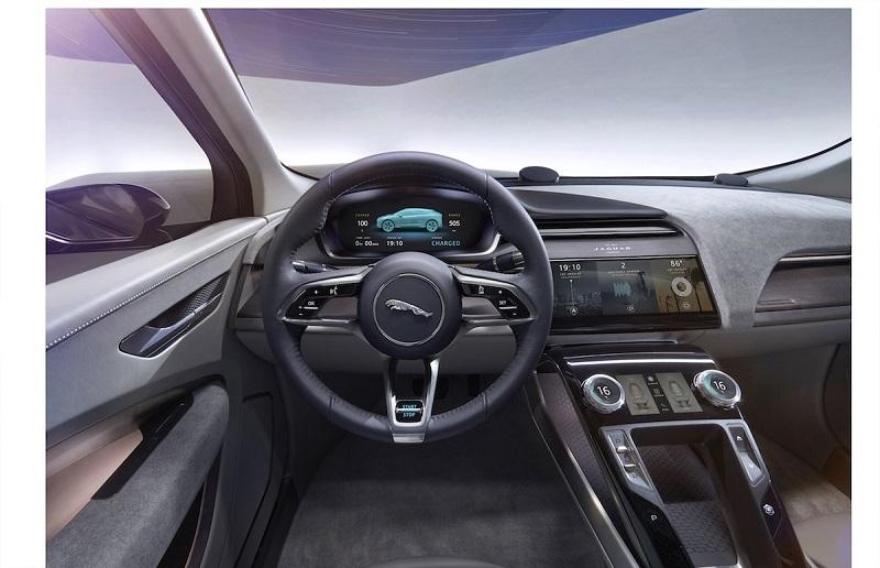 در کابین اس یو وی جگوار I-PACE، دو صفحه نمایش لمسی تعبیه شده است. علاوه بر این، یک صفحه نمایش مجازی به جای ابزارهای قدیمی راننده در نظر گرفته شده که به کمک دکمه هایی که روی فرمان قرار دارد، می توان آن را کنترل کرد.