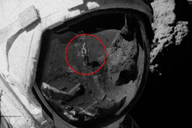 در تصویر بالا ناحیهای که با رنگ قرمز مشخص شده است، نمایانگر فردی است با موهای بلند که لباس فضایی بر تن ندارد.