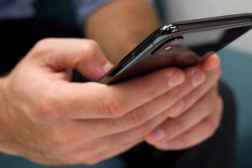 وعده اپل برای رفع اشکال صفحه نمایش آیفون ۱۰ در هوای سرد