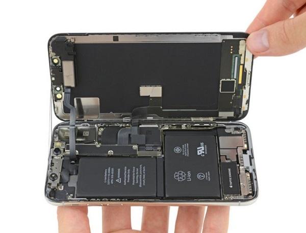 صفحه نمایش آیفون 10 نیز مانند سایر آیفونها از کنار گوشی باز میشود