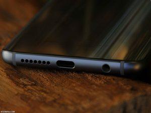 در لبه پایینی آنر 9 پورت USB نوع C، جک 3.5 میلیمتری هدفون و اسپیکر تکی آن قرار گرفته است