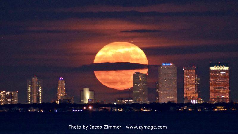 تصویری که یاکوب زیمر (Jacob Zimmer)، عکاس آسمان شب، از ابرماه در آسمان شب شهر تامپا (Tampa) در ایالت فلوریدا.