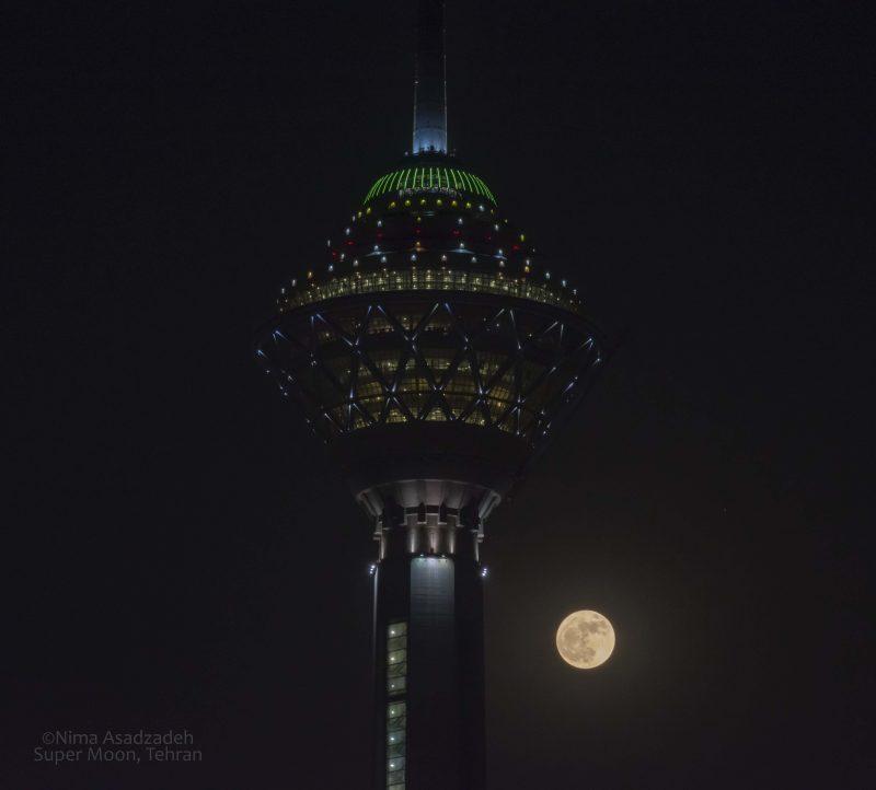 """نیما اسدزاده، عکاس نجومی، دوشنبه ۱۲ آذر، نوشت: """"  امشب، ماه در نزدیکترین موقعیت خودش به زمین در طول سال گذشته قرار داشت. پدیدهای که به آن ابرماه گفته میشود. این تصویر را زمانی که ماه در فراز برج قرار گرفت به ثبت رساندم. امیدوار از آن لذت ببرید."""