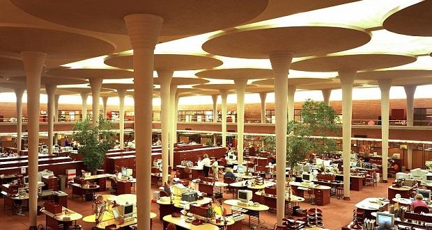 ساختمان اداری S.C. Johnson در ویسکانسین یکی از مهمترین اظهارات رایت در مورد آینده ساختمانهای اداری است. رایت در فضای اصلی ساختمان، محیطی باز و ستونهای بلندی که شبیه به تنهی درخت هستند را انتخاب کرده است.