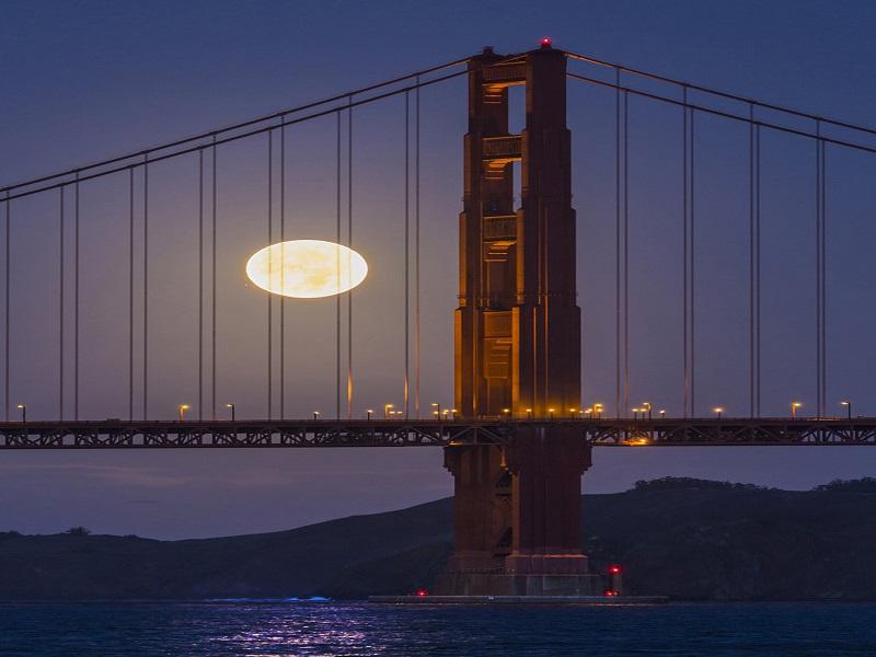 این پدیده آسمانی در شبانگاه ۳ دسامبر رخ داد و عکاسان آسمان شب در اقصی نقاط دنیا، تصاویری درخشان از ماه بزرگ و روشن ثبت کردند و شکوه تنها قمر زمین را به نمایش گذاشتند. مانند این نمایی که Kwong Liew از پل گلدن گیت (Golden Gate Bridge) در سان فرانسیسکو به ثبت رسانده است. در یک تصویر به طور همزمان، هم آسمان، هم زمین و هم آب به چشم میآید.