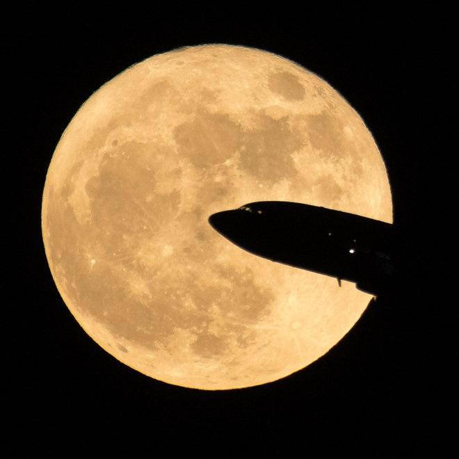 عکاس ناسا، بیل اینگالز، این تصویر را از هواپیمایی در فرودگاه ملی رونالدو ریگان در شهر واشنگتن دیسی به ثبت رسانده است. همنشینی ابرماه با این هواپیما منظرهی تماشایی را بوجود آورده است.