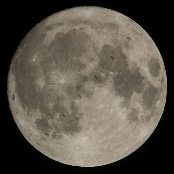 تنها یک روز قبل از وقوع ابر ماه، جوئل کوسکی (Joel Kowsky)، عکاس ناسا، طی ۶ مرتبه عکس برداری این نمای زیبا را از گذر ایستگاه فضایی بینالمللی (International Space Station) از مقابل ماه خلق کرده است.