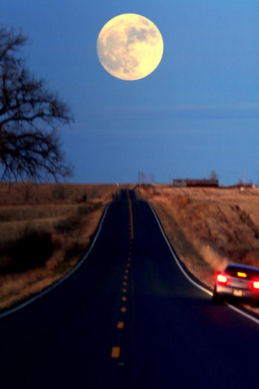 جادهای زیبا در بولدر (Boulder) ایالت کلرادو. جادهای که به رو به ماه است ختم میشود. این نما شایسته تحسین توسط گاندی کومار به ثبت رسیده است.