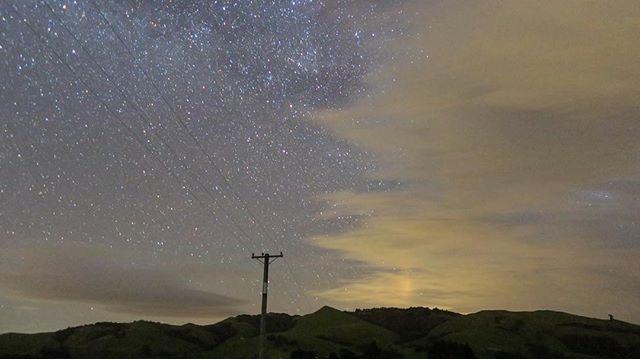 """رایان هندرن (Ryan Hendren)، از لیمینگتون (Leamington) نیوزلند تصویر زیر را در اینستاگرامش منتشر کرد و با تاسف نوشت : """"تلاش کردم تا از جوزایی فیلم بگیرم. اما فقط توانستم قبل از آنکه ابرها دید به آسمان را بلوکه کنند، این تصویر را بگیرم """""""