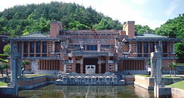 با اینکه زلزلهی سال 1968 (1347 خورشیدی) به ساختمان هتل امپراتوری توکیو (Tokyo Imperial hotel) آسیب زد و بعدها به طور کامل نابود شد، سالن انتظار این بنای ساخته شده توسط فرانک لوید رایت، در موزه میجی مورا (Meiji-Mura museum) ژاپن بازسازی شد.