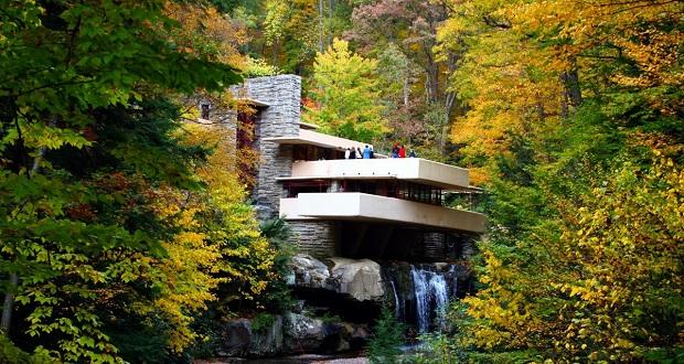 تصویر زیر Fallingwater است که در جنوب غربی ایالت پنسیلوانیای آمریکا، به عنوان اقامتگاهی در بالای یک آبشار ده متری، ساخته شد. این بنا در حدود 43 سال پیش به عنوان مکانی تاریخی-ملی به ثبت رسید.