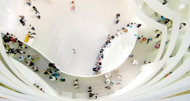 اگر چه این طرح با انتقاد همکاران رایت رو به رو شد و آنها معتقد بودند که نمایش آثار هنری در کنار شیب پلکان مارپیچی ساختمان، ایده مطلوبی نخواهد بود، اما با وجود این انتقادات رایت بر روی طرح نمادین خود پافشاری کرد و به یکی از بهترین موزههای شهر نیویورک ظاهری خاص بخشید؛ این موزه سالانه سه میلیون بازدیدکننده را از سراسر جهان به نیویورک می کشاند.