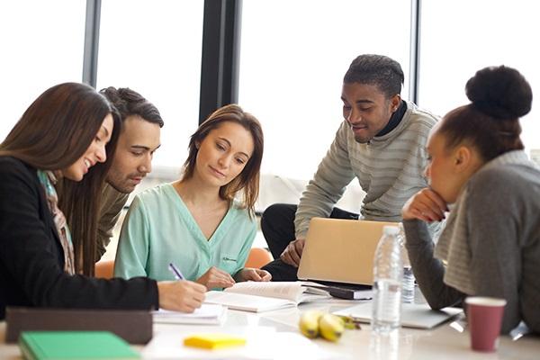 10. به تقویت مهارتهای اجتماعی خود بپردازید