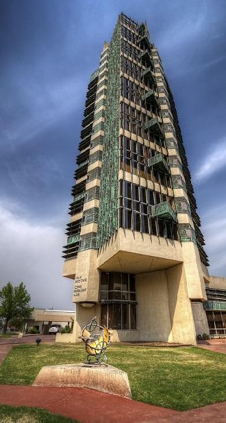 برج 70 متری پرایس (Price Tower) در اُکلاهمای آمریکا تنها آسمان خراشی است که رایت ساخته است. هرچند که این معمار برجسته تا قبل از مرگش بناهای زیادی از این دست را طراحی کرده بود.