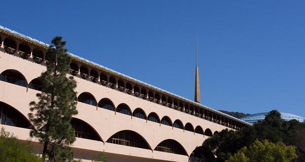مرکز مردمی شهرستان مارین (Marin County Civic Center) تنها ساختمان دولتی ساخته شده توسط رایت است. ظاهر گچ کاری شده این ساختمان از تپههای کالیفرنیا الهام گرفته شده است.