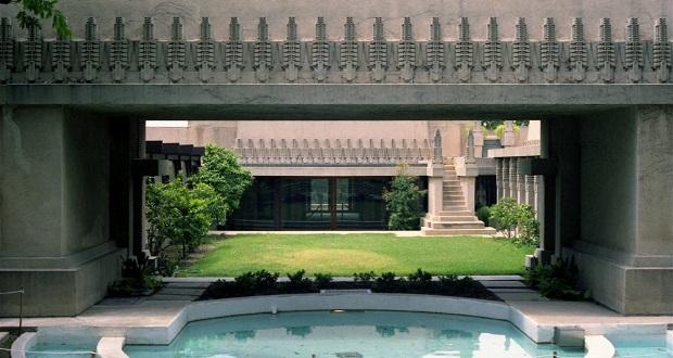مجتمع مسکونی هالیهاک (Hollyhock House)در لس آنجلس یکی از نمونههایی است که رایت در آن از بتن زینتی استفاده کرده و زیبایی دوچندان به آن بخشیده است.