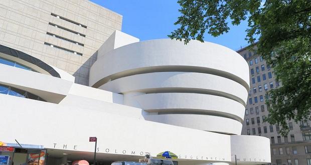 موزه سلیمان رابرت گوگنهایم نیویورک که در دسته آخرین آثار فرانک لوید رایت قرار گرفته، به عنوان برجستهترین اثر این معمار معروف نیز شناخته میشود. در این بنا به دور اشیا موجود در موزه یک راهروی بتنی مارپیچی پیچیده شده است.