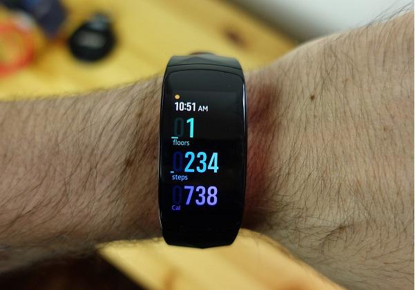 بهترین دستبند تناسب اندام سامسونگ از هر لحاظ: گیر فیت 2 پرو (Gear Fit2 Pro)