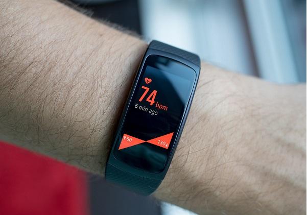 بهترین دستبند تناسب اندام ساده سامسونگ: گیر فیت 2 (Gear Fit2)