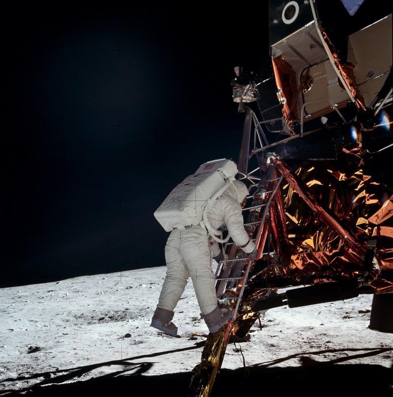نخستین قدم آرمسترانگ بر روی ماه