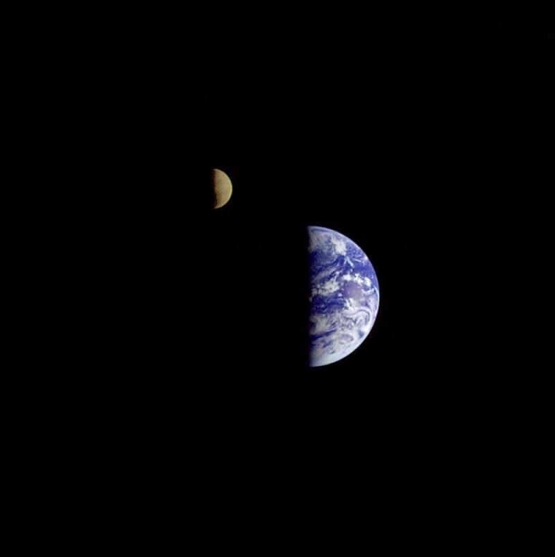 تصویر گالیله از زمین و ماه