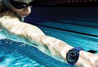 یکی دیگر از ویژگیهای بارز ساعت هوشمند جدید سامسونگ وجود استانداردهای بالای ضد آب است