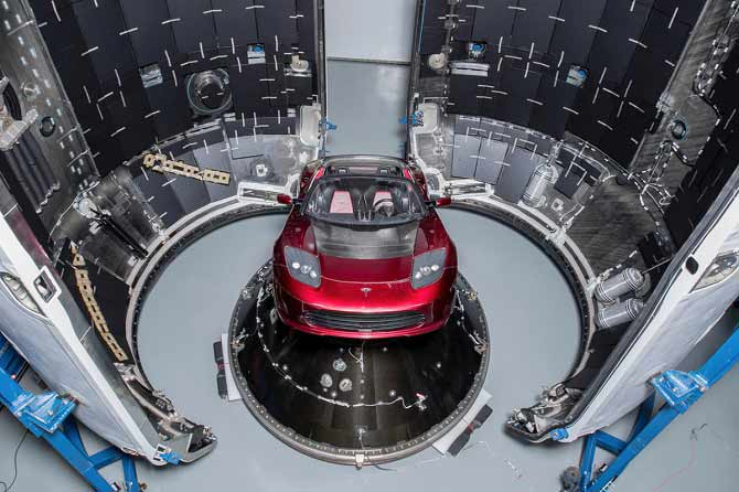 تصویری که خودروی تسلا روستر را شرکت اسپیس ایکس نشان میدهد. مدیر عامل تسلا و اسپیس ایکس، در توییتر خود اعلام کرده بود که میخواهد در اولین پرتاب فالکون هوی، تسلا رودستر را به فضا بفرستد