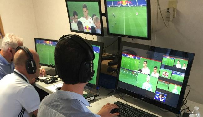 تکنولوژی کمک داور ویدیویی (VAR)، با بهره بردن از فیلمهای بازی (به صورت زنده) و همچنین هدست به داوران امکان اجرای بهتر قوانین فوتبال و همچنین کاهش اشتباهات داوری را میدهد