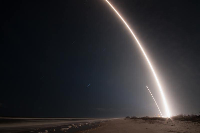 تصویری که فرود مرحلهی اول موشک فالکون ۹ را نشان می دهد. موشک قابل استفاده مجدد، فالکون 9 چند دقیق پس از پرتا در فلوریدا فرود آمده است. بنابراین، همه چیز نشان میدهد که ماموریت زوما از سوی شرکت فضایی خصوصی ایلان ماسک به درستی انجام شده است