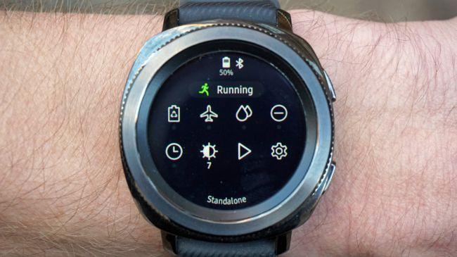 برای دسترسی به منوی تنظیمات نیز کافی است تا بر روی نمایشگر ساعت، انگشت خود را از بالا به پایین بکشید. با این کار برخی از میانبرهای موجود نمایش داده میشود