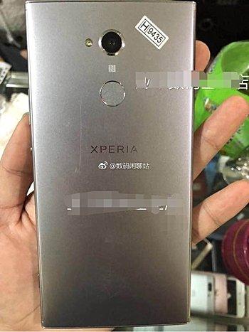 به تازگی تصاویر زنده ای از نسل بعدی فبلت پرچمدار Xperia XA2 Ultra (اکسپریا ایکس ای2 اولترا) سونی فاش شده است. با توجه به تصاویر، این گوشی هوشمند بزرگ به دوربین سلفی دوگانه، اسکنر اثرانگشت در عقب و سیستم عامل اندروید 8.0 اوریو مجهز است.