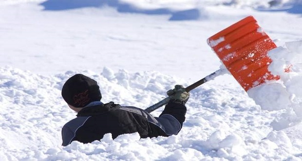 پارو کردن برف منجر به حمله قلبی میشود ؛ ثبت سالانه ۱۰۰ مورد مرگ ناشی از برف روبی!