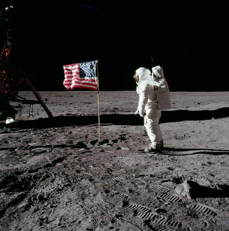 آرمسترانگ روی سطح ماه