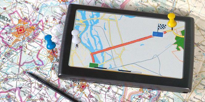 9. اگر خودروی شما دارای سیستم مسیریاب نیست، سعی کنید یک نقشه به همراه داشته باشید و یا روی گوشی هوشمند خود از یک اپلیکیشن نقشه آنلاین استفاده کنید.