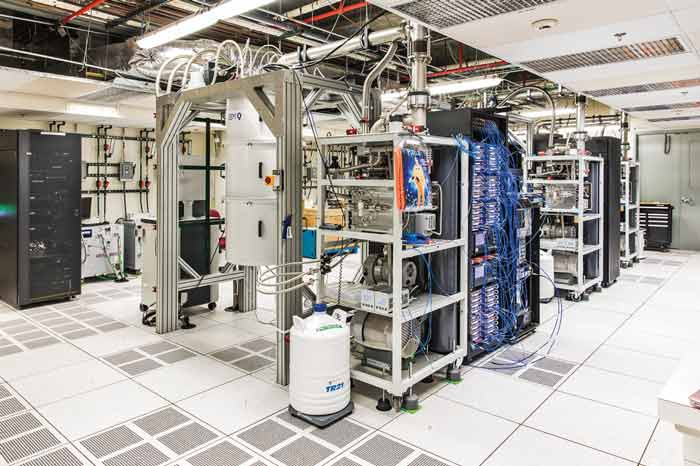 دانشگاهها، آزمایشگاههای ملی و شرکتهایی مانند آی بی ام، گوگل، مایکروسافت و اینتل هم اکنون به دنبال ساخت و توسعه کامپیوترهای کوانتومی هستند