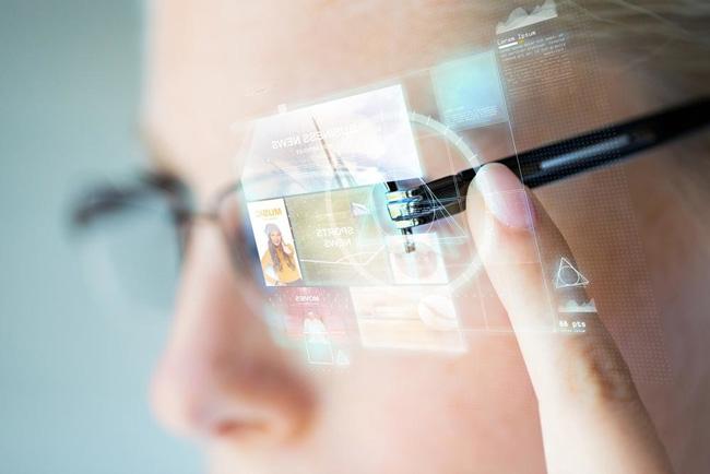 اینطور که به نظر میرسد، عمر گوشیهای هوشمند رو به پایان است و احتمالا، عینک های هوشمند هستند که جایگزین آنها خواهند شد.