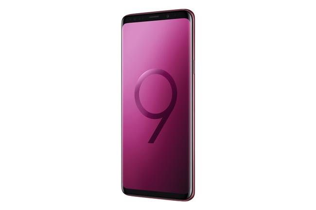هفتهی گذشته، گوشیهای گلکسی اس 9 (Galaxy S9) و گلکسی اس 9 پلاس (+Galaxy S9) در رنگ قرمز تیره در بازار چین عرضه شدند. سامسونگ اینبار قصد دارد تنوع رنگی طلایی درخشان را به صورت جهانی عرضه کند.