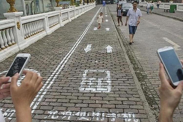 استفاده از پیاده رو مخصوص برای معتادان به موبایل