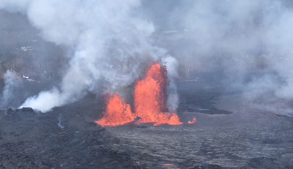 تصویری از فورانهای اخیر آتشفشان کیلاویا، در طول این فورانها، مقادیر زیادی گدازه روی زمین پیش روی کردهاند و ستونهایی از خاکستر و گازهای سمی به آسمان پرتاب شده