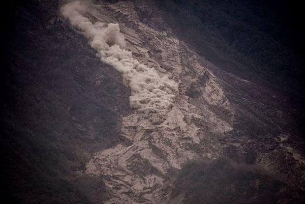 یک جریان آذرآواری در شیب آتشفشان فوئگو در گواتمالا. دمای این مواد آتشفشانی به ۱۳۰۰ درجه سانتیگراد میرسد