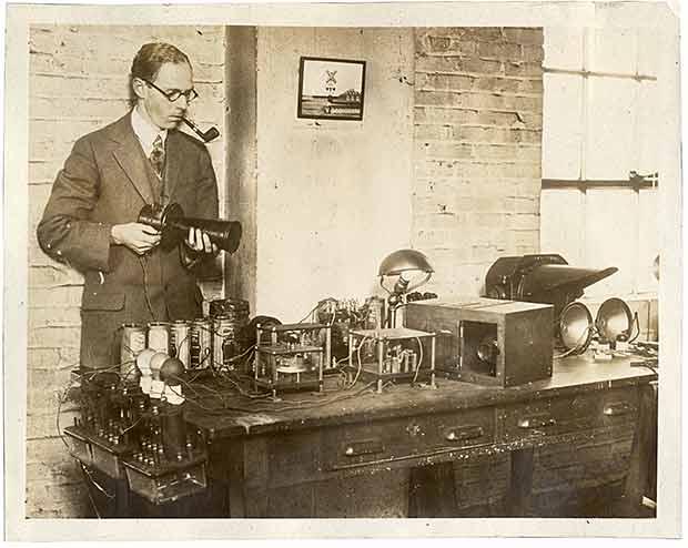 آدلر در این عکس که در سال ۱۹۲۸ از او گرفته شده، مشغول کار روی یکی از سیستمهای راهنمایی ترافیک است