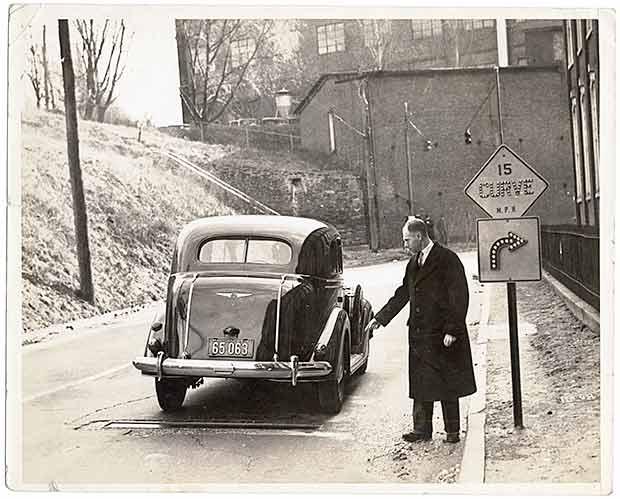 چارلز آدلر در حال آزمایش، یکی از سیستمهای خودکار ایمنی. سیستم او، یک دستگاه الکترومغناطیسی بود که بهصورت خودکار سرعت خودرو را هنگام رانندگی در سرعتهای بالا، کاهش میداد