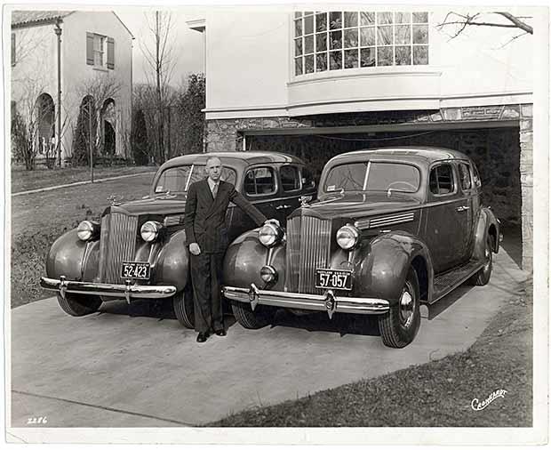 در عکسهایی که از دورههای پایانی زندگی آدلر در دست است، او اغلب با خودروهای پکاردش دیده میشود. آدلر دو مدل از خودروهای شرکت خودروسازی پکارد داشت