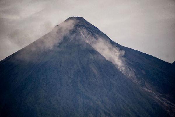 آتشفشان فوئگو یک آتشفشان چینهای است که طی قرنها با انباشته شدن روانههای آتشفشانی روی هم شکل گرفته است
