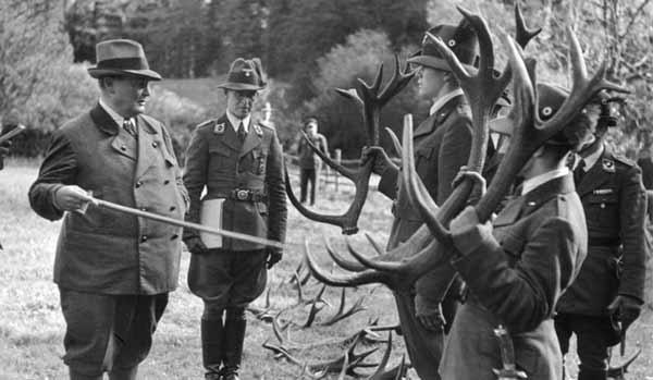 هرمان گورینگ عناوین سیاسی را به مانند کارت پستال جمع میکرد و در یک زمان چندین منسب مهم سیاسی را در اختیار داشت