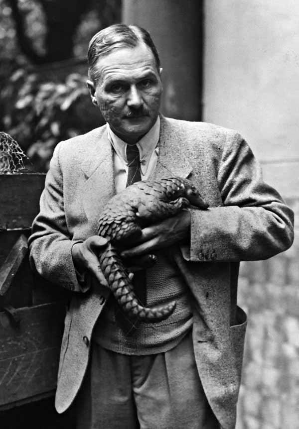 لوتز هک به همراه یک مورچهخوار پولکدار. لوتز در سال ۱۹۳۸، با دستور مستقیم هرمان گورینگ به مقام مدیر اداره حفاظت از طبیعت رایش سوم منصوب شد