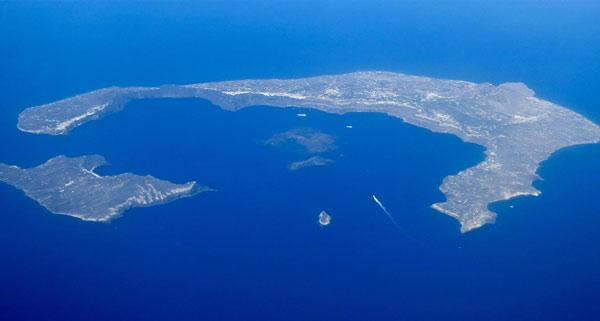کاسه آتشفشانی که بر اثر فورانهای سانتورینی پدید آمده. فوران آتشفشان سانتورینی در دریای اژه در نزدیکی یونان در حدود ۳ هزار و ۶۰۰ سال قبل رخ داده است